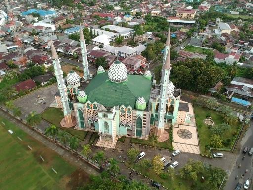 """La tâche herculéenne des """"chasseurs de mosquées"""" en Indonésie"""