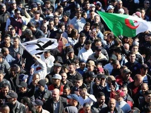 Algérie : nouvelle protestation nocturne malgré l'intensification des interpellations