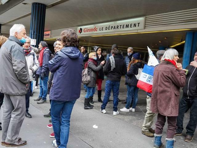Bordeaux : les partisans de Florian Philippot devant la préfecture