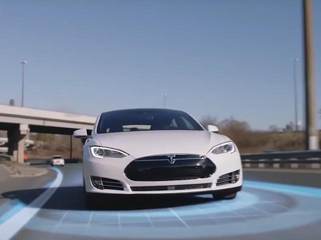 Tesla : l'Autopilot détecte un piéton sur l'autoroute et écrase le frein