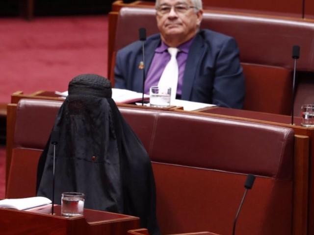 Une sénatrice d'extrême droite arrive en burqa au parlement en Australie