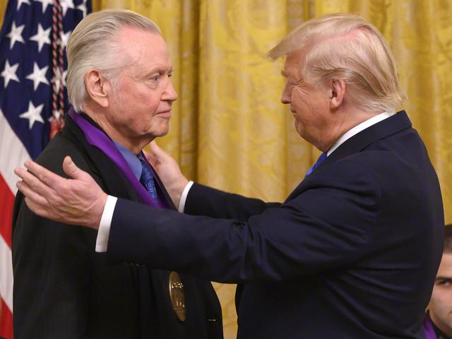 """Trump décore la """"légende"""" Jon Voight, l'un de ses rares soutiens à Hollywood"""