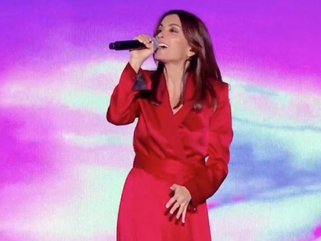 """Jenifer dans """"La chanson de l'année"""" : le prix de sa jolie robe portefeuille"""