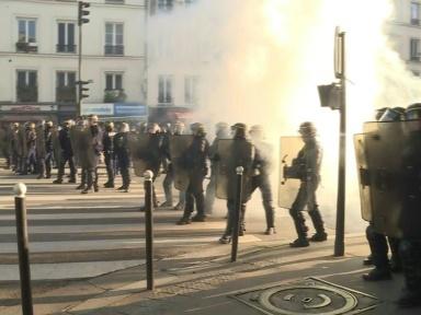 """Quelques milliers de """"gilets jaunes"""" manifestent à Paris, 32 interpellations"""