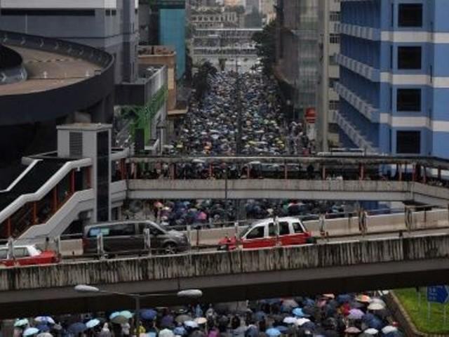 Escalade à Hong Kong : la police tire avec une arme à feu, une première