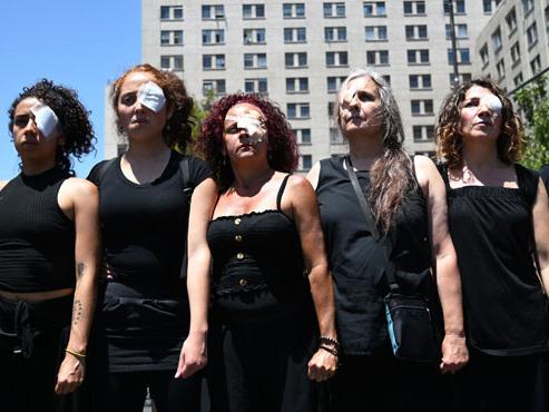 Pourquoi ces manifestantes chiliennes portent-elles un pansement sur l'œil?