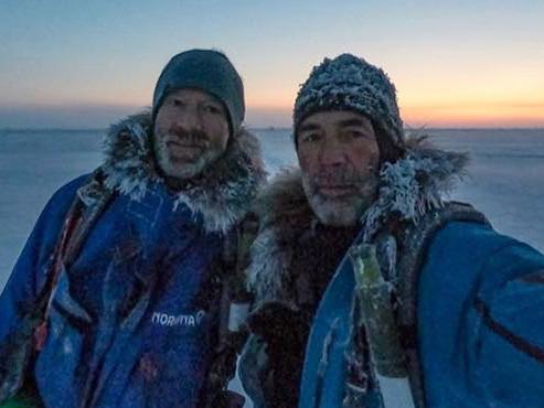 Deux célèbres explorateurs en difficulté sur la banquise dans l'océan Arctique à cause du réchauffement climatique