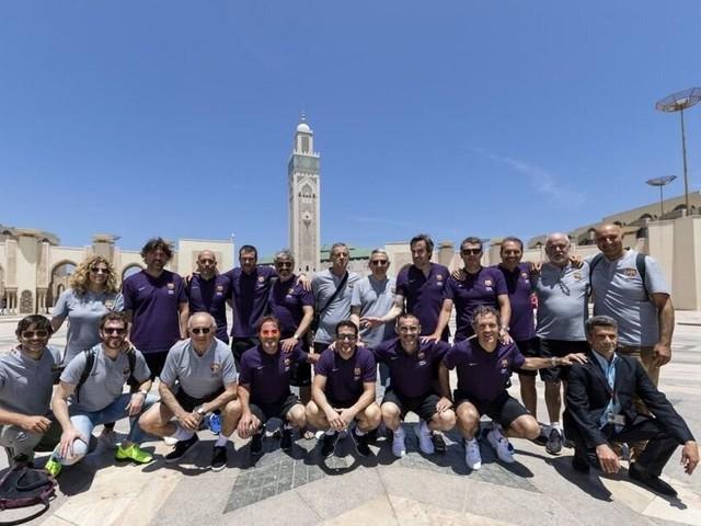 Pour un match de gala, d'anciennes gloires du FC Barcelone rendent hommage à Ahmed Faras