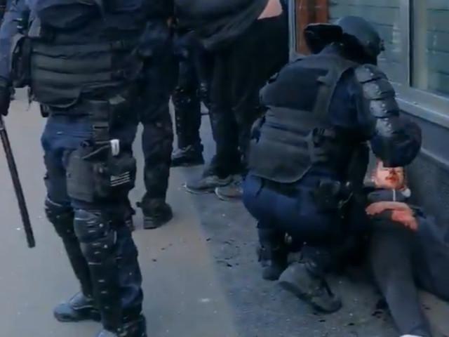 """""""Gilets jaunes"""" : une enquête ouverte après une vidéo d'un policier frappant un manifestant"""