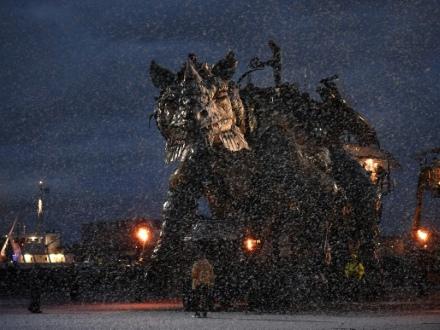 """""""Sauvage"""" mais """"bienfaiteur"""", un dragon d'acier débarque à Calais"""