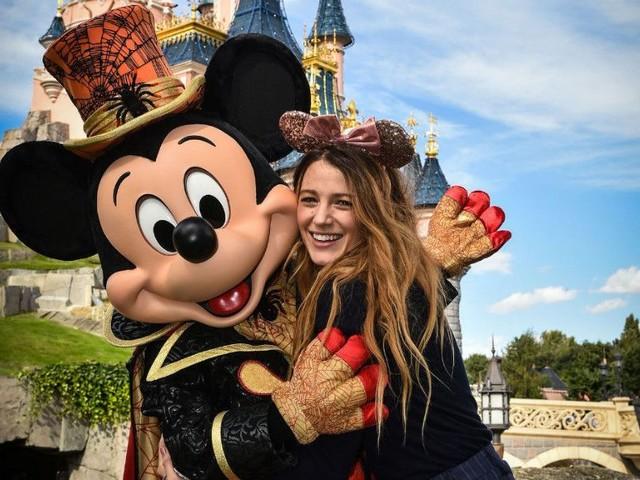 Blake Lively passe Halloween à Disneyland Paris