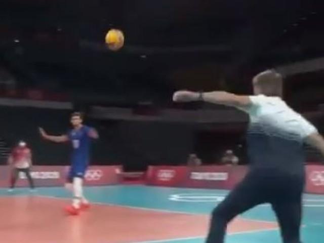 JO de Tokyo: en volley face à la Pologne, l'entraîneur des Bleus a voulu participer à l'exploit
