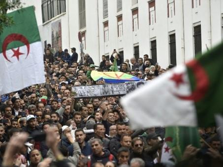 """Algérie: la contestation entre dans son 10e mois et refuse toute """"marche arrière"""""""