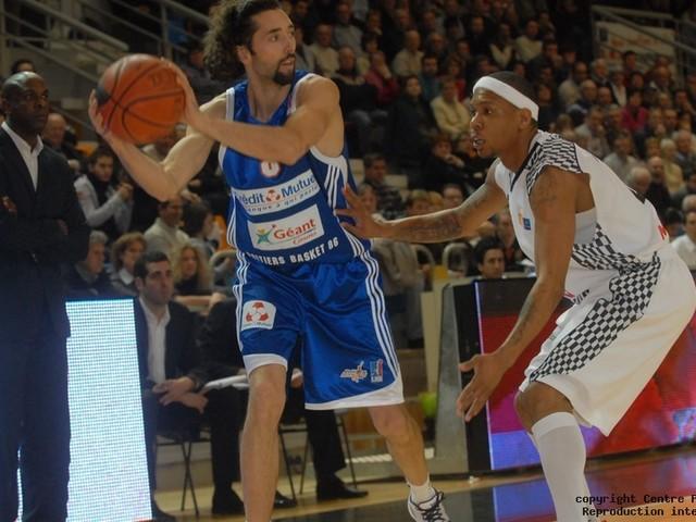 """Basket - Sylvain Maynier honoré par le Poitiers Basket : """" Une reconnaissance du club """""""
