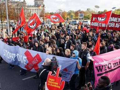 Des milliers de manifestants à Berlin contre les débuts de l'extrême droite au Parlement