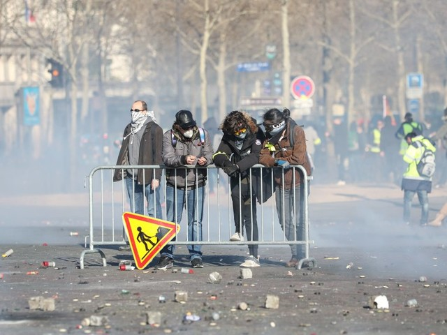 Gilets jaunes: heurts et pillages à Paris