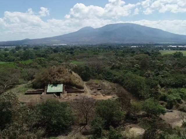 Cette pyramide maya géante a été bâtie à l'aide de roches crachées par un volcan