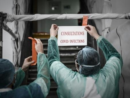 """Coronavirus: le confinement prolongé face à la vague qui """"déferle"""""""