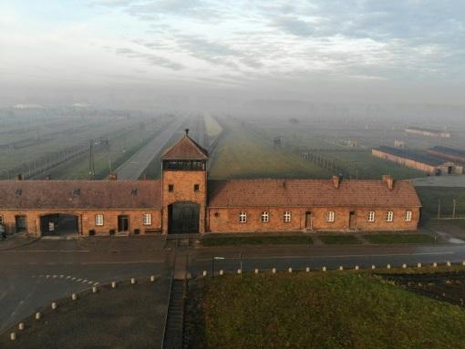 Auschwitz: survivants et personnalités marquent le 75e anniversaire de la libération du camp de la mort