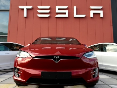 Tesla dégage un bénéfice surprise, l'action flambe