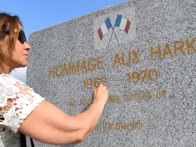 """Macron va """"franchir un nouveau pas"""" pour la reconnaissance des Harkis"""