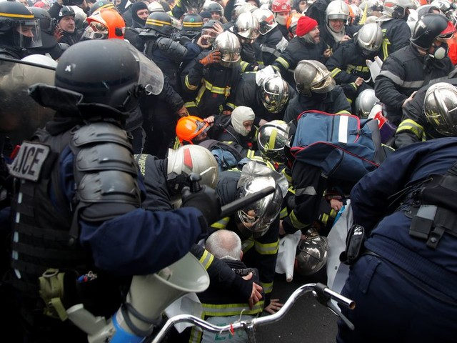 À Paris, heurts violents entre pompiers en grève et forces de l'ordre