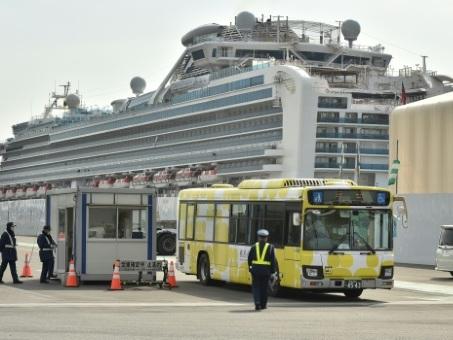 Coronavirus: mort de deux croisiéristes au Japon, recul des nouveaux cas en Chine