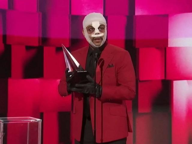 The Weeknd : quel message veut-il faire passer à travers son visage tuméfié ?