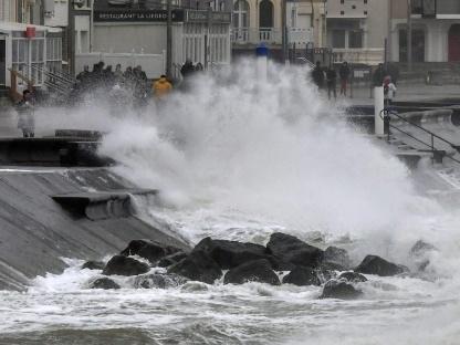 Tempête Ciara: trains supprimés, 130.000 foyers privés d'électricité, trafic aérien perturbé