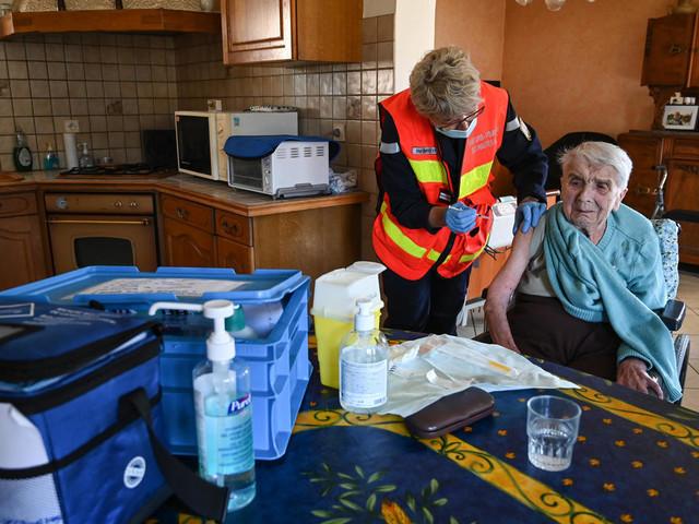 """""""Bonjour, on vient pour la vaccination"""": quand les pompiers injectent à domicile"""