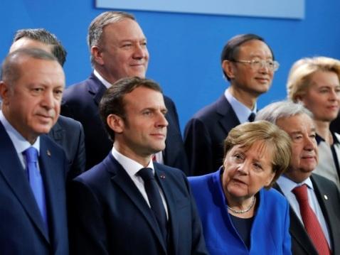 Macron reçoit Pompeo mais regarde déjà vers Biden