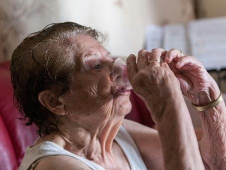 Canicule: les auxiliaires de vie, vigies au chevet des plus vulnérables