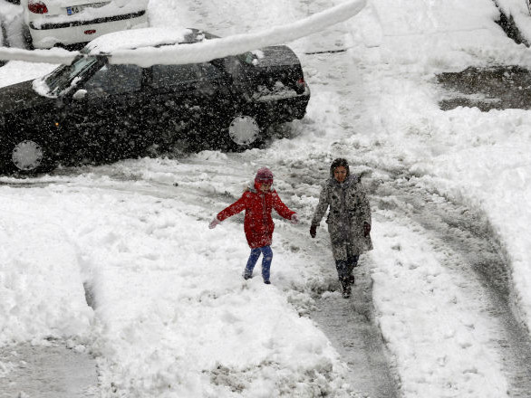 La neige s'abat sur Téhéran: écoles fermées et circulation perturbée - images