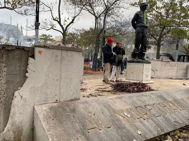 Le monument du Maréchal Juin dégradé pour servir de projectiles à Paris