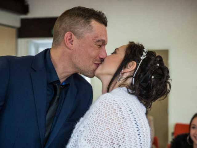 Atteinte d'un cancer incurable, elle se marie en un temps record grâce à une cagnotte sur Facebook