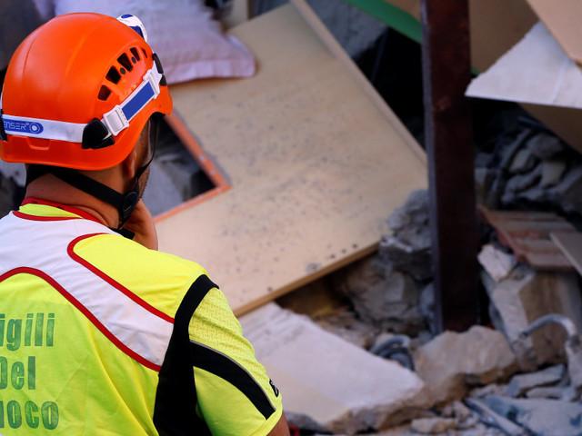 Séisme à Ischia: le dernier des enfants piégés sous les décombres est sain et sauf