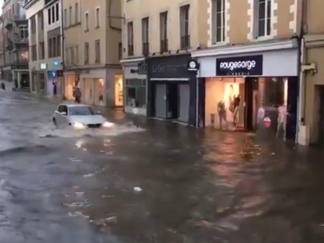 Les infos de 18h - Météo : le centre-ville de Laval sous l'eau après de violents orages