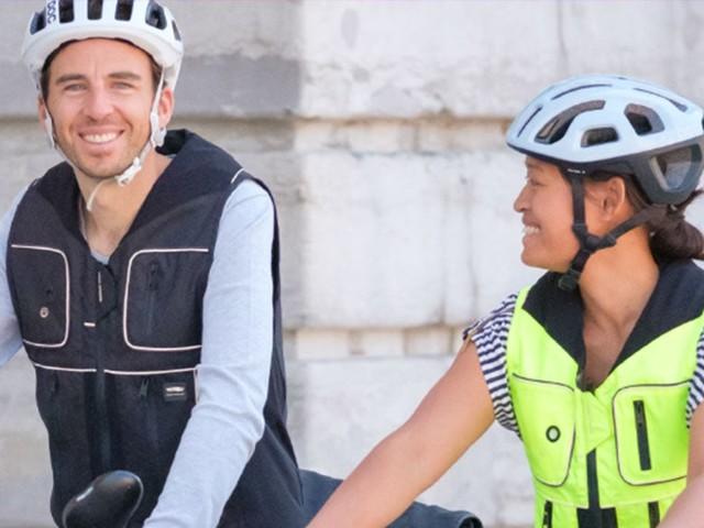 Ce gilet-airbag autonome pour les cyclistes s'active automatiquement en cas de chute