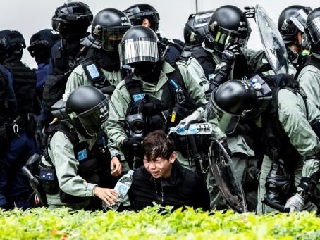 """Hong Kong: arrestations après une manifestation contre le """"commerce parallèle"""" avec la Chine"""