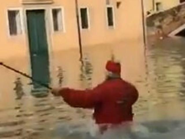 A Venise, cette vidéo d'un homme tombant à l'eau fait rire (jaune) Cécile Duflot