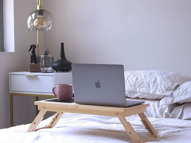Transformez votre lit en espace de travail grâce à cette table pratique et fonctionnelle
