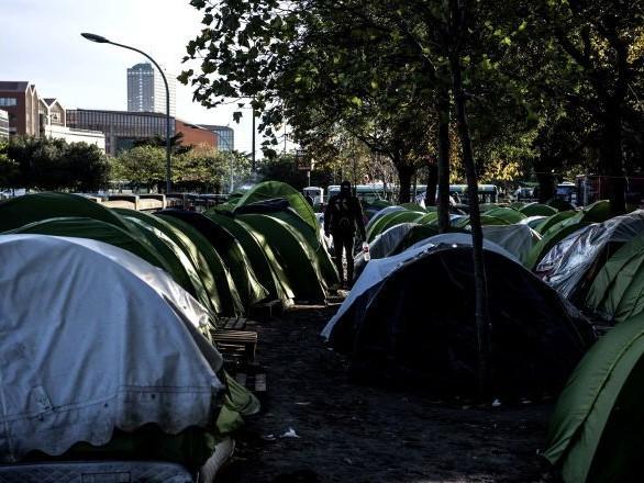 L'évacuation d'un camp de migrants à Paris aurait été annulée faute de policiers disponibles - vidéos