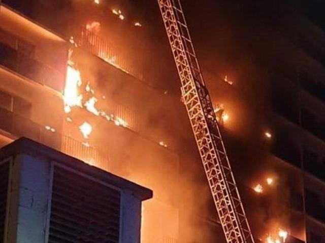 Un immeuble à côté d'un hôpital prend feu en pleine nuit, en région parisienne: un mort et plusieurs blessés (vidéos)
