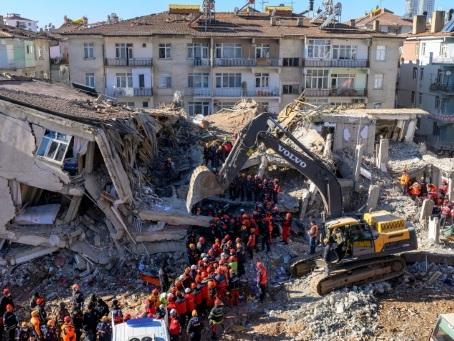 Séisme en Turquie: 35 morts, peu d'espoir de retrouver des survivants