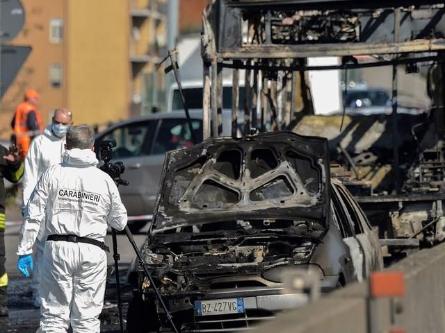 """Italie: 51 collégiens pris en otage dans un bus, un """"carnage"""" évité de peu"""