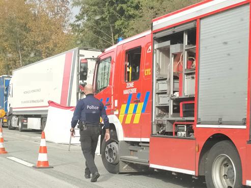 Plusieurs camions impliqués dans un accident sur l'E19 à Mons: un chauffeur est décédé sur place