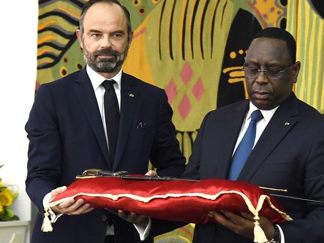 Au Sénégal, Philippe a remis un sabre très symbolique au président