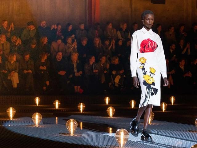 Mode : À Paris, Prada invite l'art et la reconnaissance faciale chez Maxim's