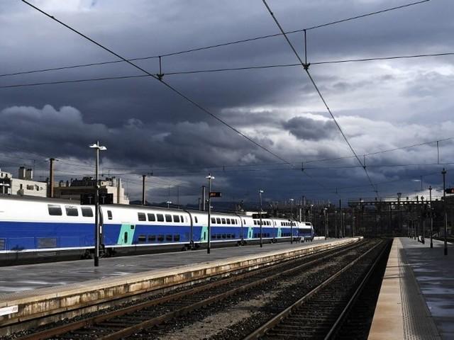 """SNCF: retards et trafic perturbé sur la ligne TGV Paris-Marseille après """"un acte de sabotage"""""""
