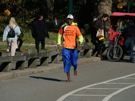 Un marathon par semaine pieds nus, le régime atypique de Sidy Diallo, 64 ans